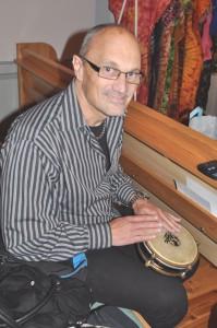 Kjell Ljunggren spelar trumma